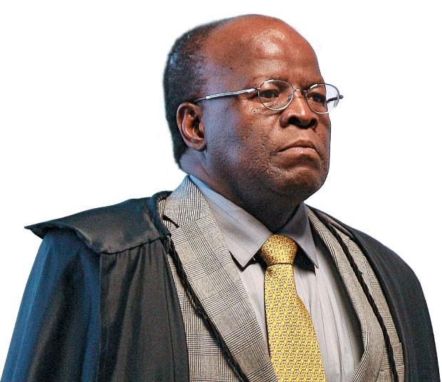 O JUIZ O ministro Joaquim Barbosa durante o julgamento do mensalão. Óculos de Gepeto e postura altiva diante dos fotógrafos  (Foto: Sérgio Lima/Folhapress)