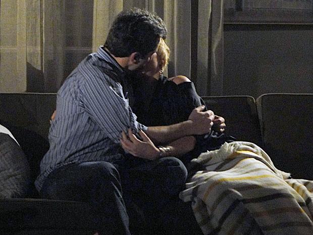 Em momento de carência, Laura acaba beijando Gil (Foto: Amor Eterno Amor/TV Globo)
