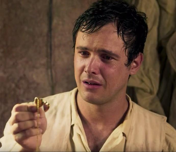 Candinho levará sempre consigo um medalhão com a foto da mãe quando jovem (Foto: TV Globo)