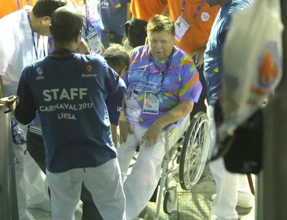 Boni deixou a Sapucaí em cadeira de rodas após passar mal (Foto: AgNews)