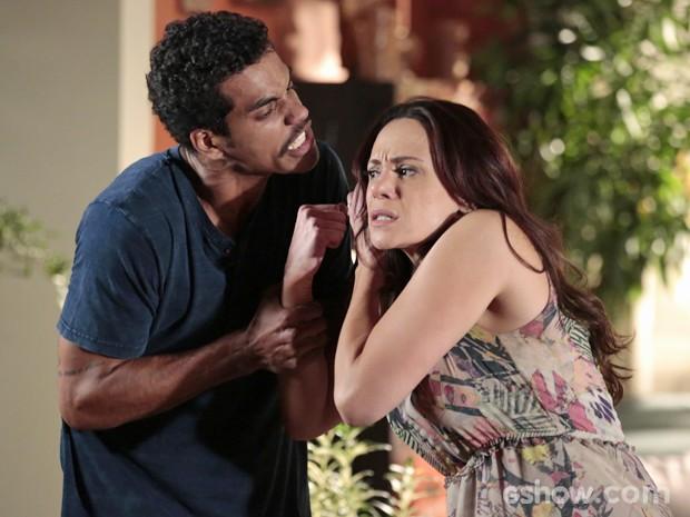 Jairo pega Juliana pelos cabelos (Foto: Felipe Monteiro/ TV Globo)