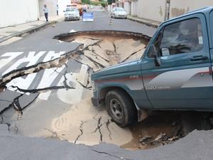Veículo ficou preso dentro da cratera (Foto: Gustavo Almeida/G1)