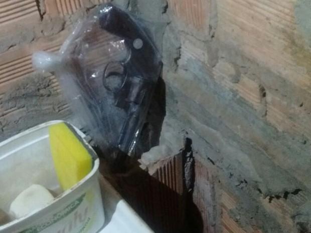 Revólver recuperado pela PM que estava escondido ao lado da pia da casa onde mora suspeito (Foto: Polícia Militar/Divulgação)