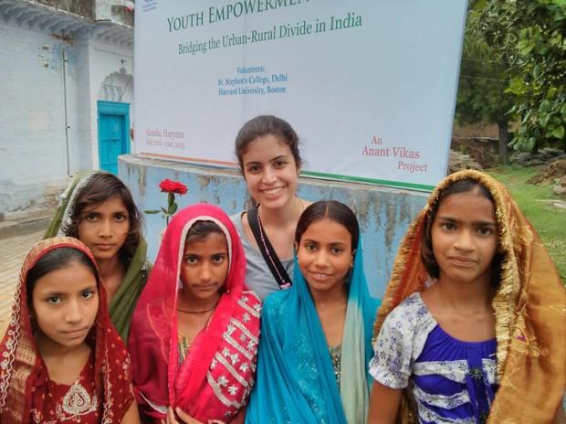 Tabata na Índia, onde esteve em 2013, para pesquisar o sistema de ensino (Foto: Arquivo pessoal)