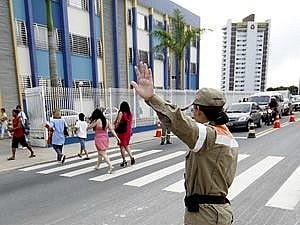 Agentes orientaram motoristas em frente a escola (Foto: Márcio James/Semcom)