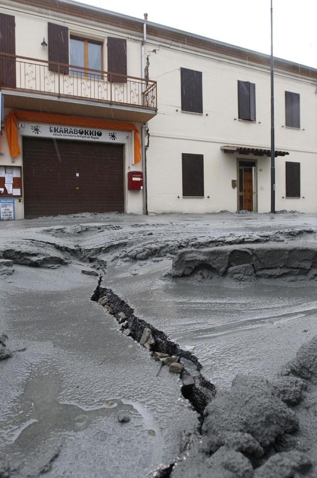 Rachadura é vista em rua de San Carlo, uma das cidades que foram prejudicadas pelo tremor da véspera (Foto: Luca Bruno/AP)