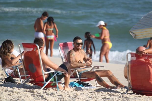 Felipe Titto na praia (Foto: Dilson Silva / Agnews)