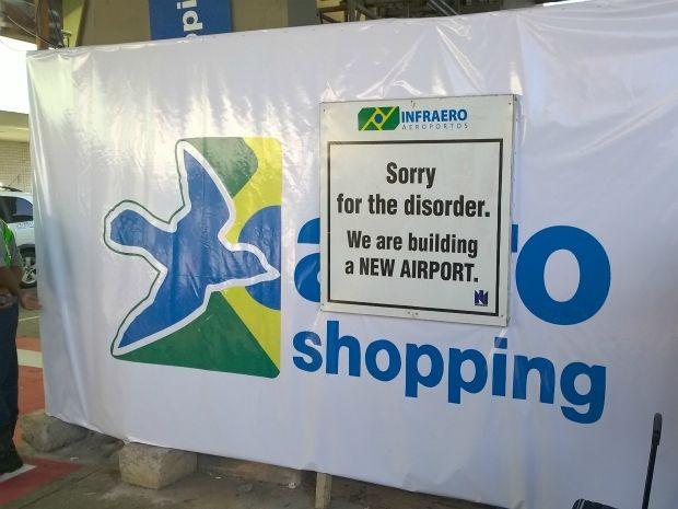 Em outras áreas do aeroporto também é possível ver placas com sinalização de obras; (Foto: Yuri Girardi/ G1)