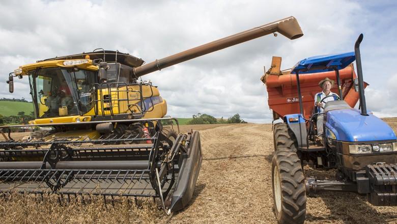 Mesmo com a crise econômica, a colheita de soja alcançou uma marca histórica (Foto: Fernando Martinho)