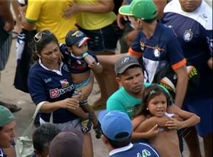 Em meio à confusão, crianças tiveram que sair das arquibancadas do Diogão  (Foto: Reprodução/TV Liberal)
