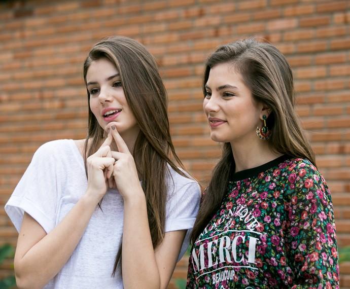 Camila Queiroz mostra o queixo para apontar diferença com Bruna Hamú (Foto: Isabella Pinheiro/Gshow)