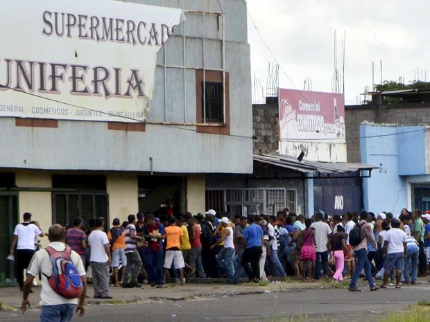 Pessoas saqueiam um supermercado em San Felix, na Venezuela, na sexta (31) (Foto: Reuters/Wilmer Gonzalez )
