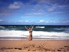 Eliana dá salto de biquíni na praia