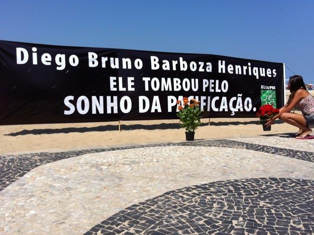 Uma faixa estendida nas areias de Copacabana homenageia o PM morto (Foto: Divulgação/Antonio C. Costa/Rio de Paz)