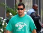 Adam Sandler aparece gordinho nas ruas de Beverly Hills