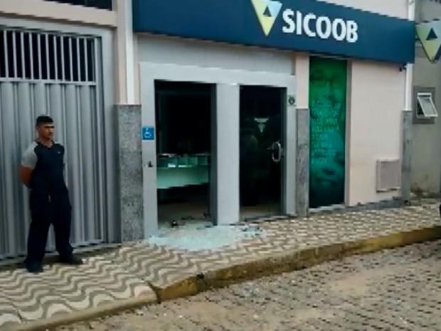 Agência fica destruída após novo ataque a agência bancária no Sul de Minas (Foto: Reprodução EPTV)