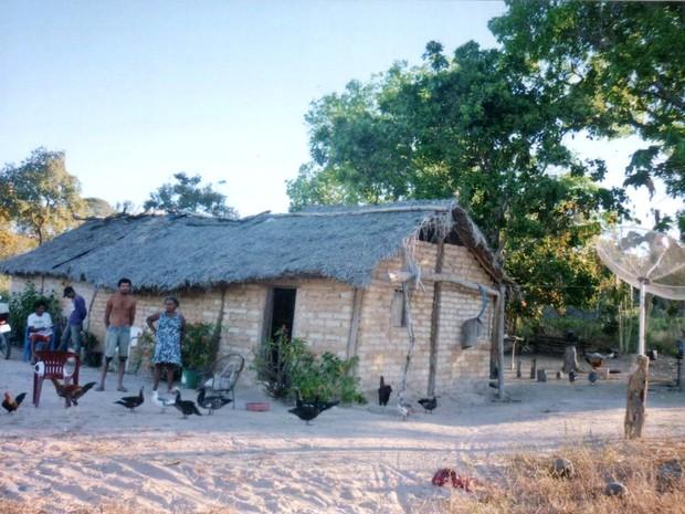 Casa humilde de posseiros contrasta com a riqueza da soja produzida na região (Foto: Divulgação/CPT)