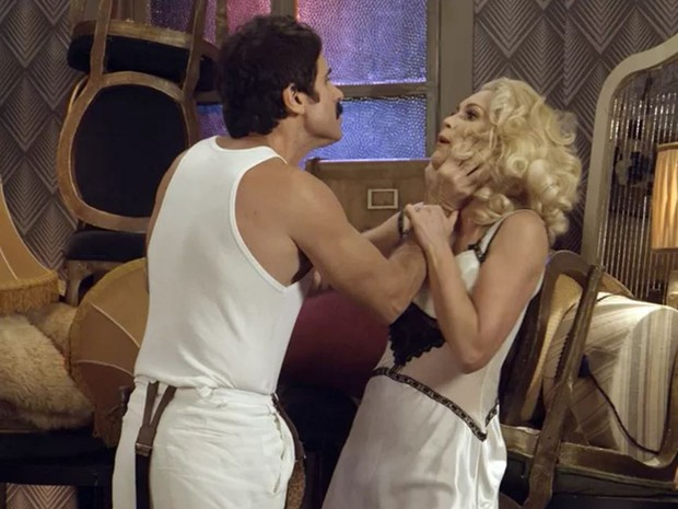 Ernesto e Sandra brigaram no capítulo de Êta Mundo Bom que bateu recorde (Foto: Reprodução/Globo)