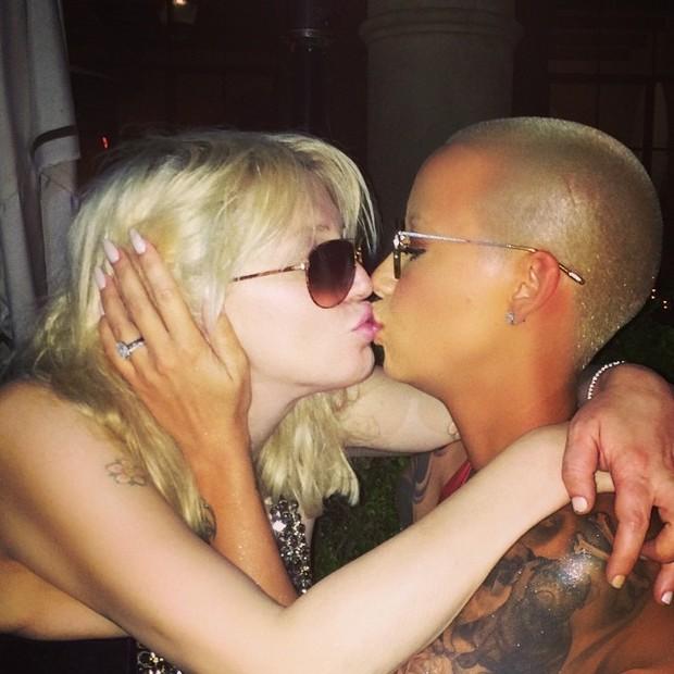 Courtney Love beija Amber Rose em festa em Los Angeles, nos Estados Unidos (Foto: Instagram/ Reprodução)