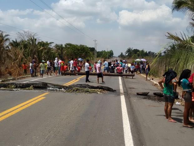 Indígenas em protesto contra a PEC 215 interditam BR-316 no MA (Foto: PRF)