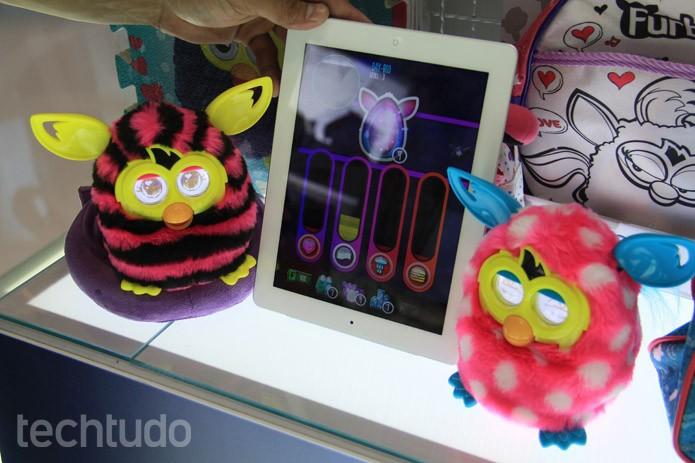 O bicho de pelúcio Furby Boom, da Hasbro, é na verdade um complexo bichinho virtual (Foto: Renato Bazan/TechTudo)