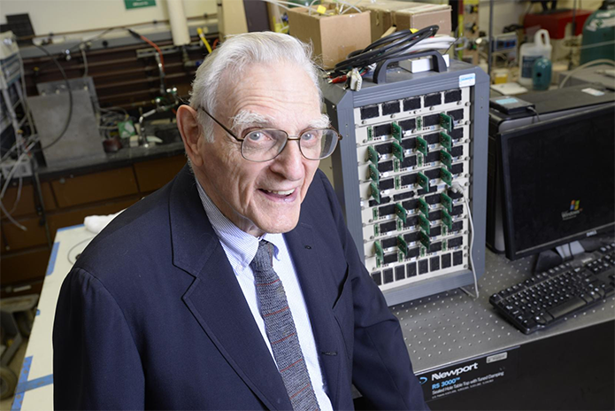 John Goodenough, co-inventor das baterias de lítio, pode ter inventado nova tecnologia para substituir os íons de lítio no interior das baterias (Foto: Divulgação/Universidade do Texas)