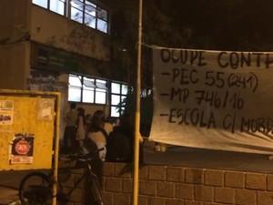 Ocupação prédio UFRGS Porto Alegre (Foto: Reprodução/RBS TV)