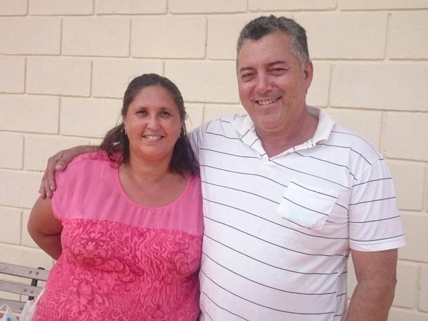 o PM aposentado Clóvis recebe o apoio da esposa (Foto: Paola Patriarca/G1)