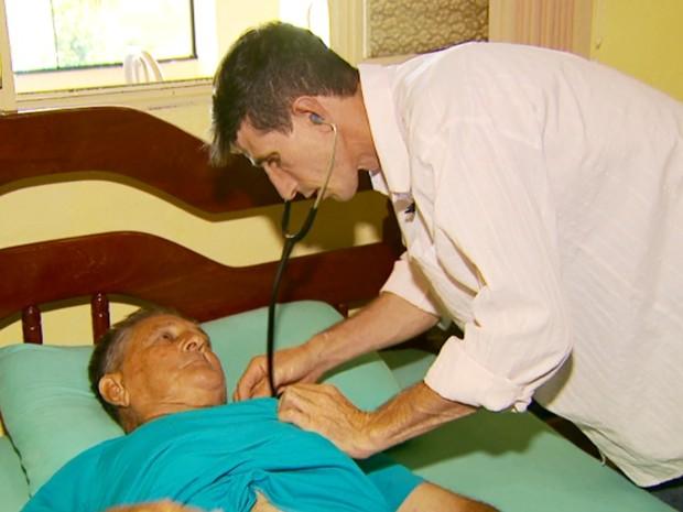 História de ex-lavrador que virou médico virou capítulo de livro escrito por cardiologista (Foto: Reprodução EPTV / Tarcísio Silva)
