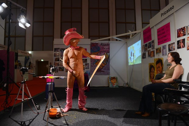 Tim Patch ficou famoso por usar o pênis como pincel. (Foto: Johannes Eisele/AFP)