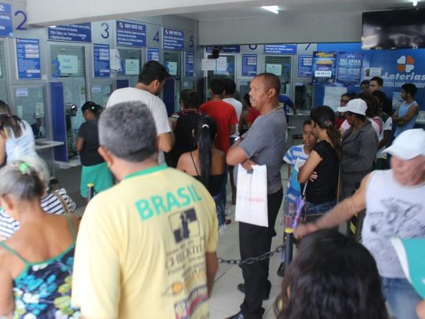 Casas Lotéricas ficaram lotadas nesta segunda-feira (12) em Teresina (Foto: Fernando Brito/G1)