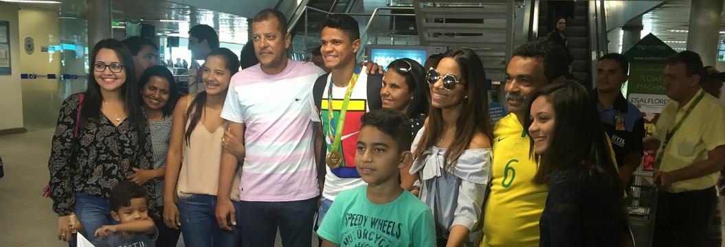 Douglas Santos aproveita a folga e curte a medalha de ouro em João Pessoa (Lucas Barros / GloboEsporte.com/pb)
