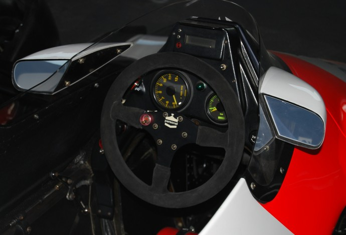 Simplicidade marca cockpit do McLaren MP4/2, pilotado por Alain Prost em 1984  (Foto: Bill Abbott / Creative Commons)