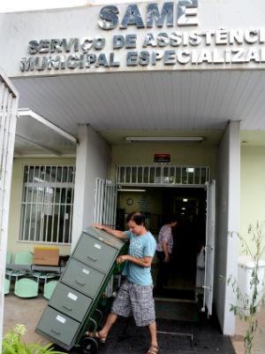 Transporte de equipamentos e documentos é feita por funcionários (Foto: Zaqueu Proença)