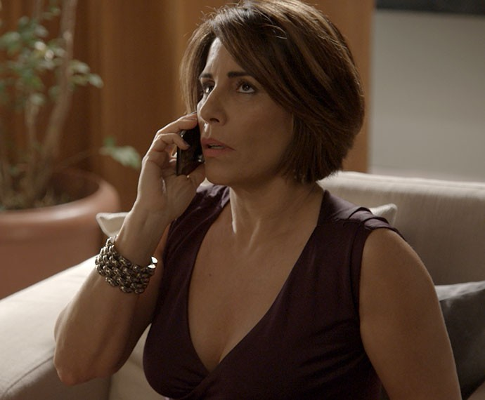 Pelo telefone, Murilo também a pressiona (Foto: TV Globo)