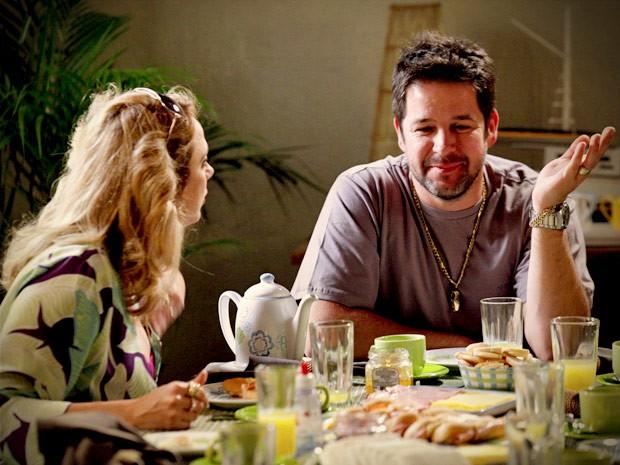 Ivana fica desconfiada ao perceber que o pai não está falando de Monalisa (Foto: Avenida Brasil / TV Globo)