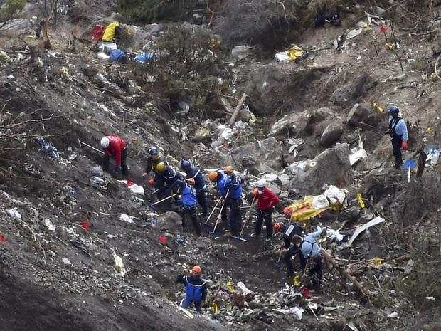 Equipe de resgate trabalha entre destroços nos Alpes Franceses, no local onde o avião da Germanwings caiu na semana passada (Foto: Anne-Christine Poujoulat/AFP)
