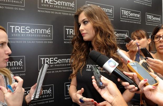 Alinne Moraes participa de bate-papo sobre beleza (Foto: Francisco Cepeda/ AgNews)
