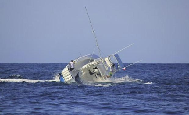 Embarcação acabou virando em menos de 1 minuto de 'briga' com o peixe (Foto: Reprodução/Facebook)