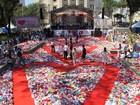 Praça em Santos é coberta por cerca de 100 mil corações de tecido