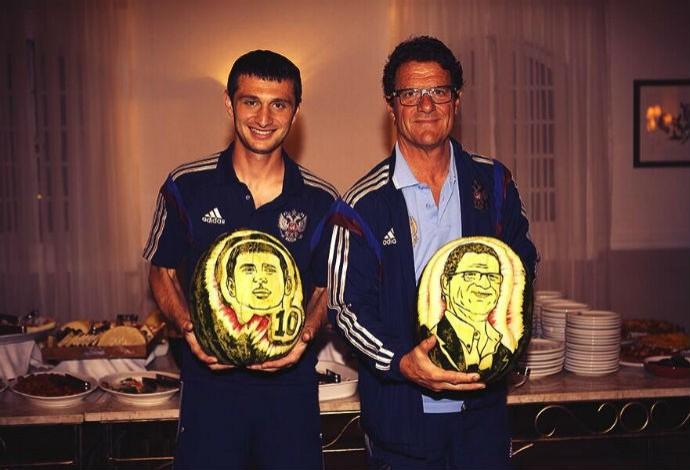 Fabio Capello e Alan Dzagoev ganham melancias personalizadas (Foto: Reprodução/Twitter)