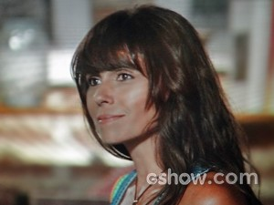 Clara admira o trabalho de Marina (Foto: Em Família/ TV Globo)