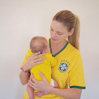 Fabiana Semprebom com o filho Juan (Foto: Instagram / Reprodução )