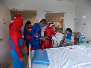 voluntários também passaram pelos quartos das crianças distribuindo presentes e sorvete (Foto: Monique Moreira/Divulgação)