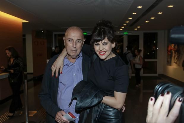Bárbara Paz com Hector Babenco na estreia da peça Os realistas (Foto: Raphael Castello/Agnews)