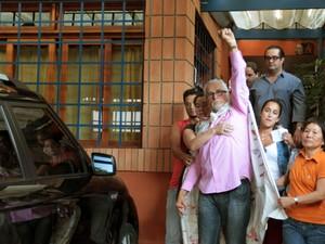 O deputado federal licenciado José Genoino (PT) deixa sua casa no bairro do Butantã, em São Paulo, para se entregar à PF após ter a prisão decretada no julgamento pelo STF do mensalão (Foto: Robson Fernandes/Estadão Conteúdo)