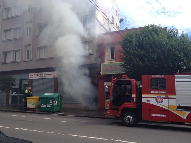 Quatro caminhões dos bombeiros foram mobilizados para ocorrência em Caxias do Sul (Foto: Felipe Truda/G1)