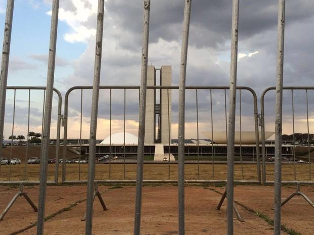 Grades de metal isolam o perímetro do Congresso Nacional; manifestantes não poderão se aproximar no edifício pelo gramado (Foto: Mateus Vidigal/G1)