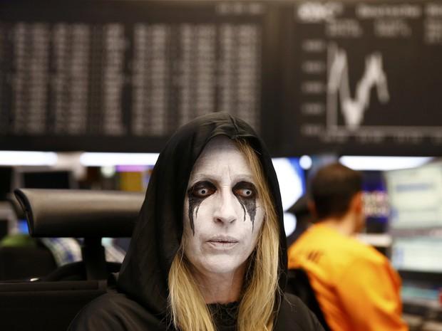 Operadora com fantasia de Carnaval acompanha o desempenho das ações em Frankfurt, Alemanha, nesta terça-feira (9) (Foto:  REUTERS/Kai Pfaffenbach)