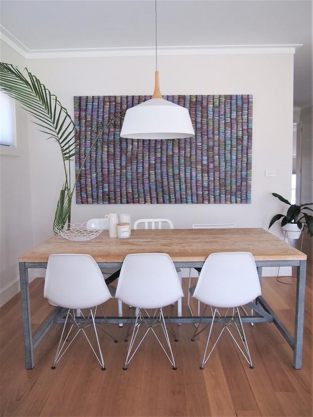 Lisa aprecia o trabalho manual e sempre dá preferência por obras produzidas na Austrália. É o caso do tapete na parede da sala de jantar (Foto: White and Wander/Divulgação)